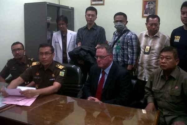 LYN didampingi perwakilan Kejagung saat proses ekstradisinya ke Amerika. (feb)