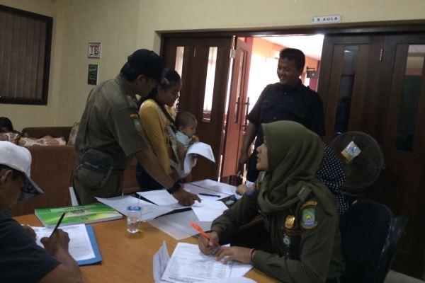 Warga mengurus akta kelahiran di layanan keliling yang digelar Disdukcapil Kota Tangerang. (eni)