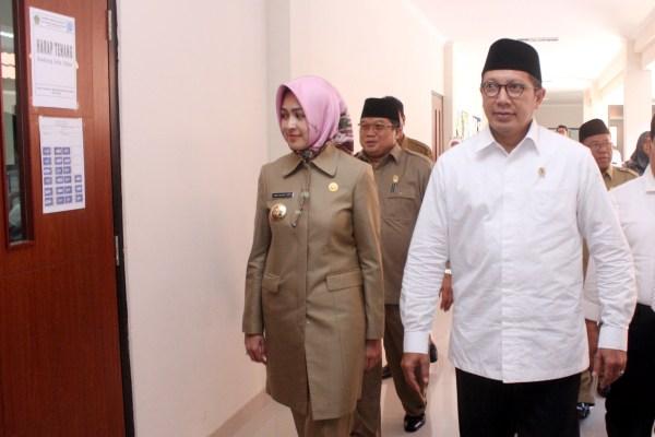 Menteri Agama Lukman Hakim saat meninjau pelaksanaan UN di MAN Insan Cendekia Serpong. (san)
