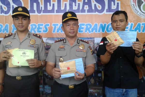 Kapolres Tangsel, AKBP Ayi Supardan (tengah) menunjukkan barang bukti narkotika. (man)