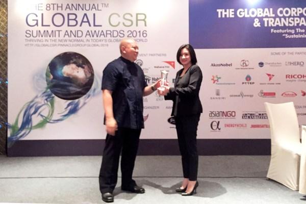 "Natalia Lusnita, GM CSR dan Corporate Communication PT Hero Supermarket Tbk, saat menerima Penghargaan Platinum Internasional ""Best Community Program"". (ist)"