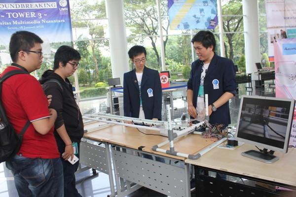Peserta memamerkan hasil karya robotnya di Engineering Days 2016. (bung)