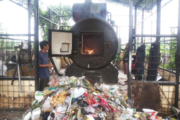 Warga Benda Baru kelola sampah menggunakan mesin insinerator. (zar)