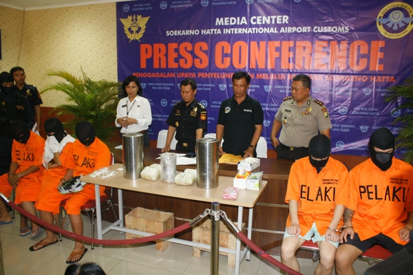 Empat pelaku penyelundupan narkotika saat gelar perkara di Bandara Soekarno Hatta. (eni)