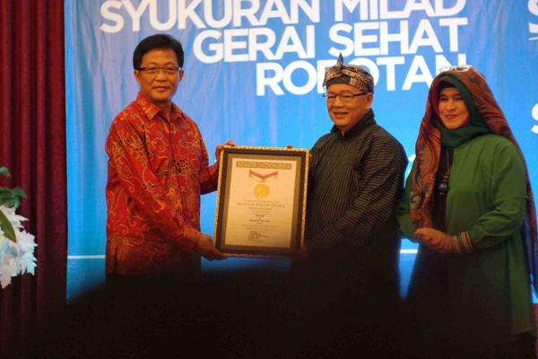 Penyerahan Penghargaan MURI (Ki-Ka) Mr. Vinit Hansamuit-Senior Vice Persident PTTEP, Ismail A. Said-Presdir Dompet Dhuafa, Neno Warisman. (ist)