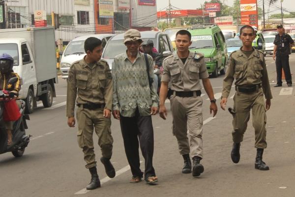 Petugas Satpol PP merazia pengemis di Kota Tangsel. (one)