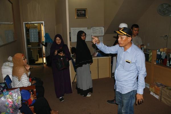 Calon jamaah umroh mendatangai perusahaan Travel Garuda Angkasa Mandiri. (eni)