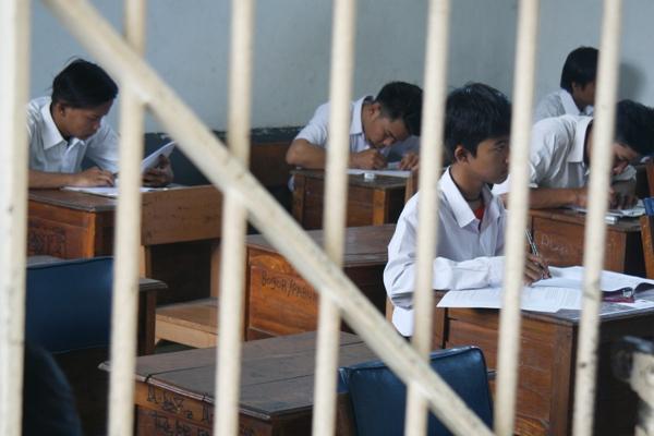 Anak didik Lapas Anak Tangerang mengikuti Ujian Nasional 2016. (eni)