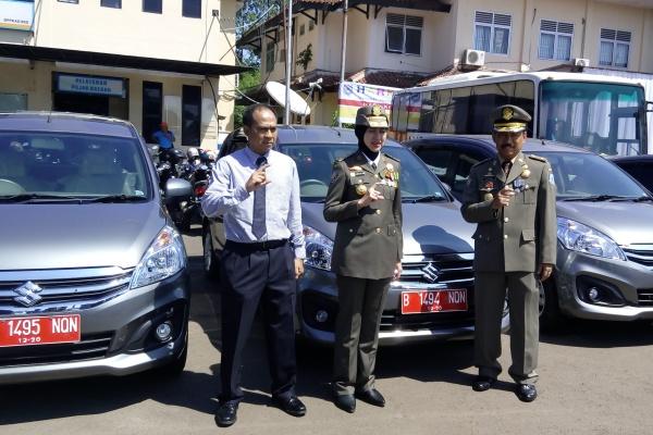 Walikota Tangsel foto bersama di depan kendaraan operasional yang dibagikan untuk 3 kelurahan. (ist)