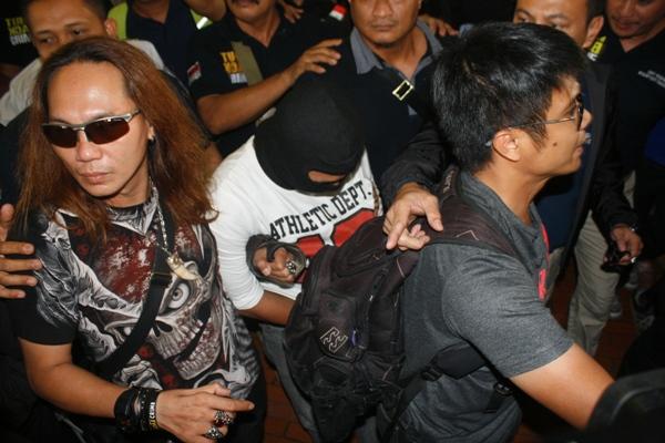 Dikawal ketat, pelaku mutilasi tiba di Bandara Soekarno Hatta. (eni)