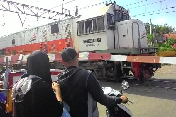 Warga melintasi perlintasan kereta Jombang. Akan dibangun fly over di kKawasan ini. (hen)