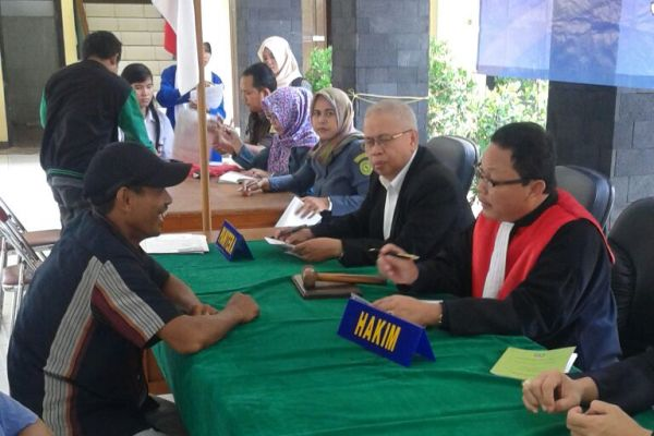 Seorang PKL menjalani sidang Tipiring di Kantor Satpol PP Kota Tangerang. (feb)