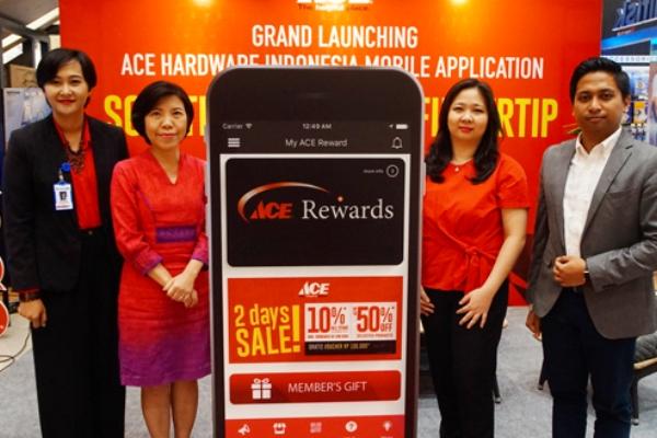 Corporate Marketing Director Kawan Lama Group, Nana Puspa Dewi meresmikan Mobile APPS. (bd)