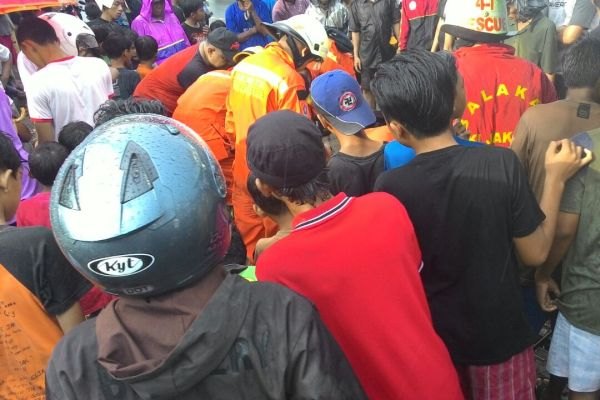 Warga berkerumun melihat korban yang hanyut di gorong-gorong. (ist)