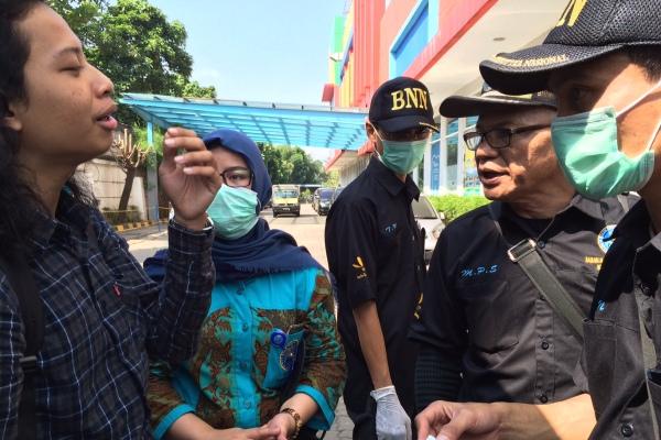 Petugas BNNK Tangsel menginterogasi ADF dalam OYK di Pamulang. (man)