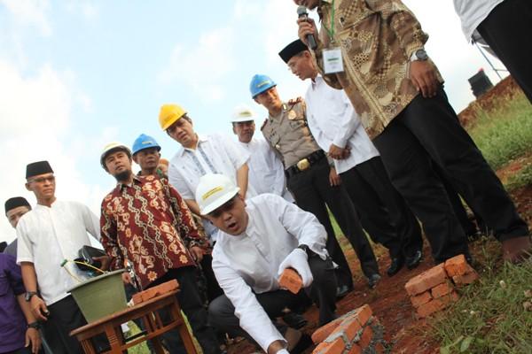 Bupati Tangerang melakukan peletakan batu pertama Islamic Center di Desa Sampora. (bung)