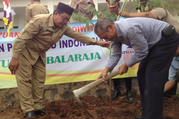 Penanaman pohon secara simbolis di MTs Satu Atap Balaraja. (ist)