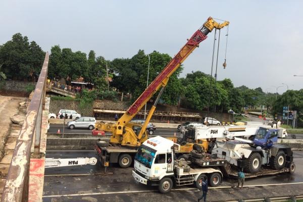 Proses evakuasi beton JPO yang roboh di Tol BSD masih berlangsung. (man)