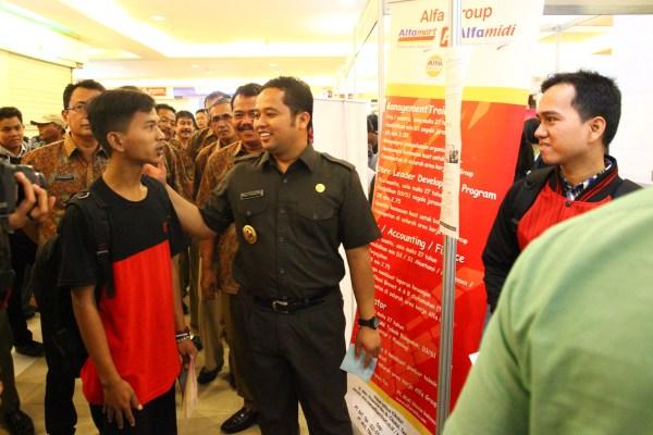 Walikota Tangerang meninjau stan job fair 2016 di mal Tangerang City. (ist)