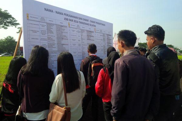 Para pencari kerja memantau perusahaan yang menyediakan loker di Job Fair Tangsel 2016. (zah)
