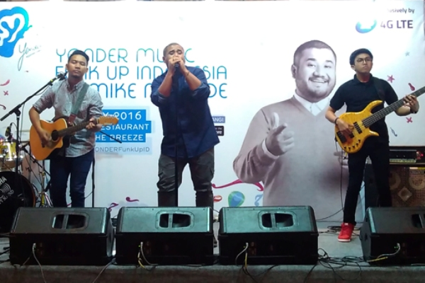 Mike Muhede perform di The Breeze BSD. (bd)