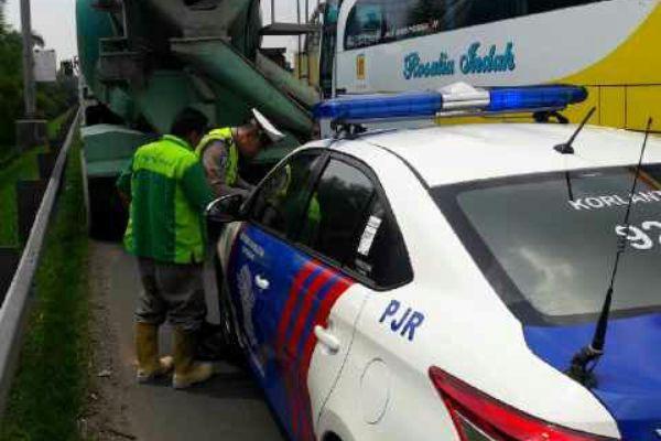 Petugas menilang pengendara yang melanggar di Tol Tangerang-Merak. (dok)