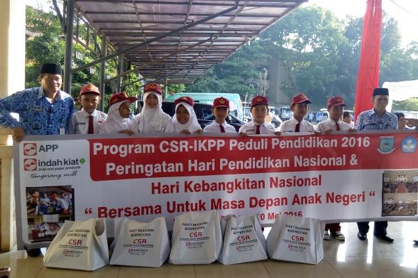 Murid SD Negeri di Tangsel mendapat bantuan buku tulis dari APP. (one)