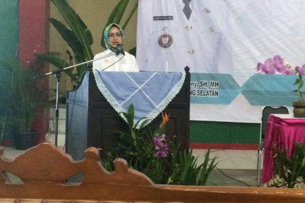 Walikota Tangsel memberikan sambutan dalam pembinaan kader kesehatan di Pondok Aren. (man)