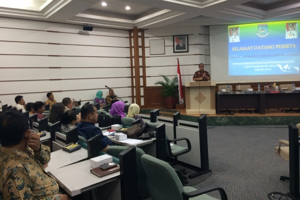 Wakil Walikota Tangsel, Benyamin Davnie memberi sambutan dalam kegiatan Disdukcapil. (man)