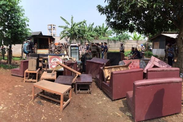 Tumpukan sofa dan alat lain yang diamankan dari kawasan hiburan malam Alang-alang Buaran. (man)