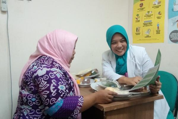 Dokter spesialis Gizi Klinik, dr Dian sedang menerima konsultasi pasien di RSU Tangsel. (one)