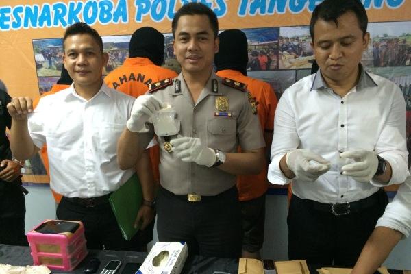Wakapolres Tangsel, Komisaris Bachtiar Alponso (tengah) menunjukkan barang bukti yang diamankan dari tersangka. (man)