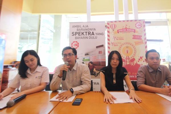 Billy Jonathan Dept Head CRM FIFGROUB (ke dua kiri) didampingi Muliana Widjaja Dept Head SPEKTRA (tengah) serta Doddi Walyadi Marketing Manager Cab, Tangerang memberikan penjelasan mengenai acara SPEKTRA di Mall Metropolis, Tangerang. (man)