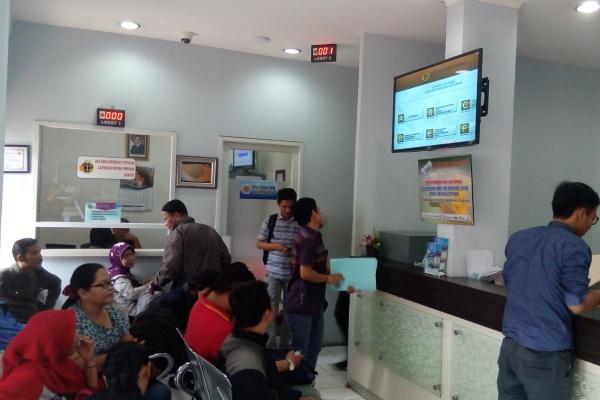 Pemohon mengantre di ruang tunggu Kantor Pertanahan Kota Tangsel untuk mendapat pelayanan. (one)