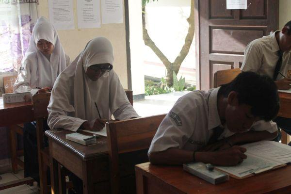 Siswa Skh Yayasan Karya Dharma Wanita 02 saat mengerjakan soal UN. (eni)