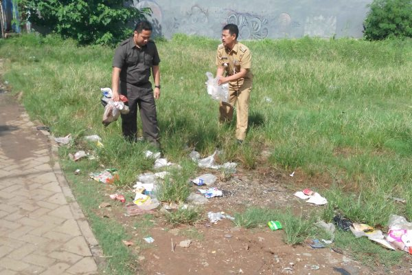 Walikota Tangerang dan Camat Periuk pungit sampah di depan kantro kecamatan. (ist)