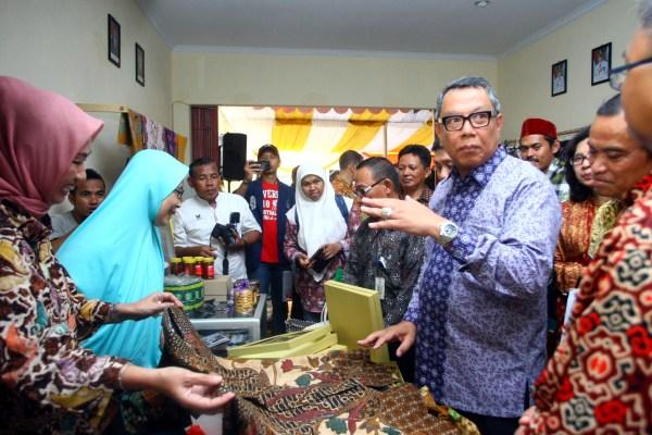 Wakil Walikota Tangsel meninjau Kampung Digital IKM di Jurangmangu Timur. (man)