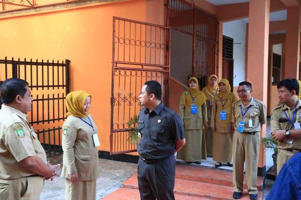 Walikota Tangerang tinjau UN SMP. (ist)
