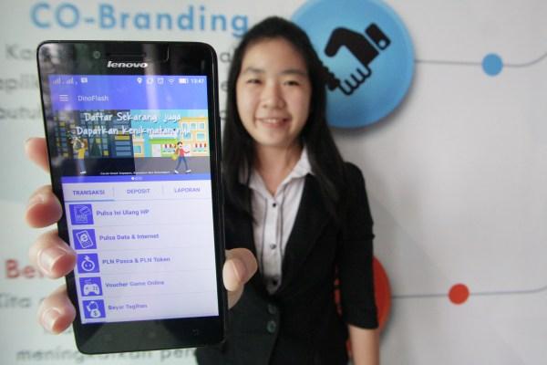 Fety Misesa Operations Manager memperlihatkan Aplikasi website DinoFlash di Ruko Pasar Modern Paramount. (kie)
