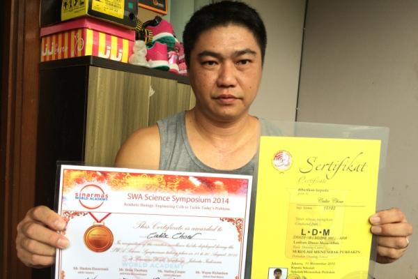 Ayah CI dan CN memperlihatkan prestasi yang pernah di raih CN saat masih menjadi siswa SWA. (man)
