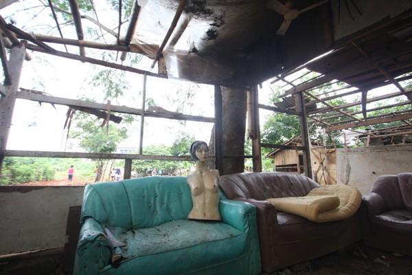 Sisa bangunan bekas warung remang-remang di kawasan Alang-alang Buaran. (man)