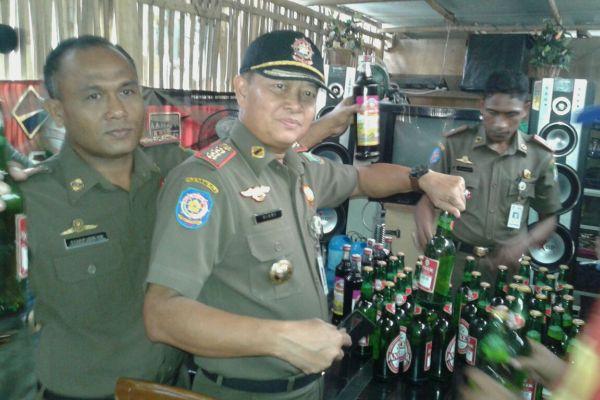 Petugas mengamankan minuman keras dari warung di Kecamatan Neglasari. (eni)