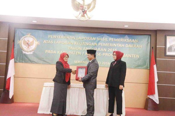 Wakil Walikota Tangerang, Sachrudin (tengah) menerima penghargaan Opini WTP dari BPK. (ist)