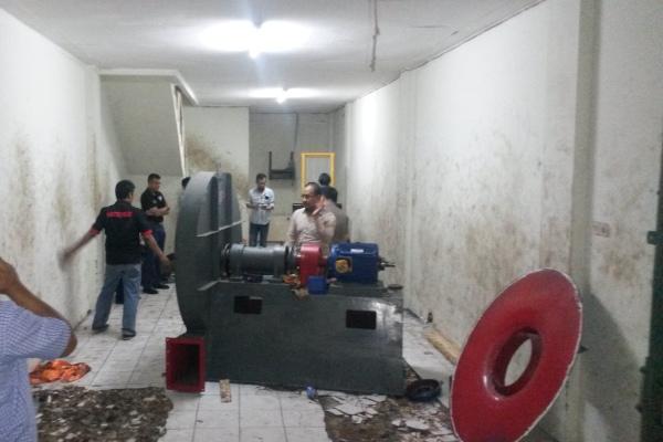 Petugas kepolisian memeriksa lokasi penggerebekan gudang narkotika di Batuceper. (eni)