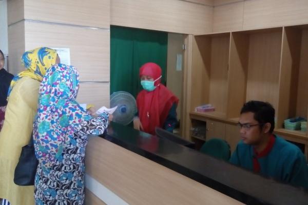 Pelayanan di apotek RSU Kota Tangsel. (one)