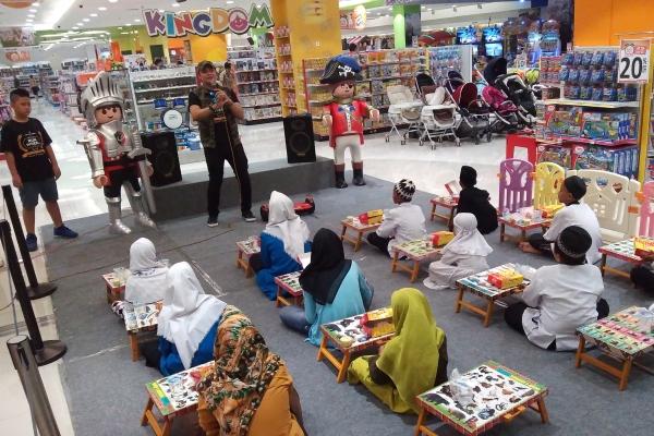 Para anak yatim tengah mengikuti sesi game pada acara Bukber. (bd)