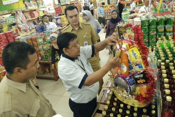Petugas Disperindag Kota Tangerang saat sidak di pusat belanja modern. (nai)