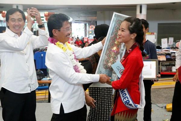 Wakil Walikota memberikan penghargaan kepada pemenang Pemilihan Duta Anak. (nai)