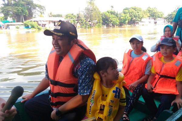 Walikota Tangerang mengajak buah hatinya berkeliling Sungai Cisadane pada perayaan Peh Cun. (nai)