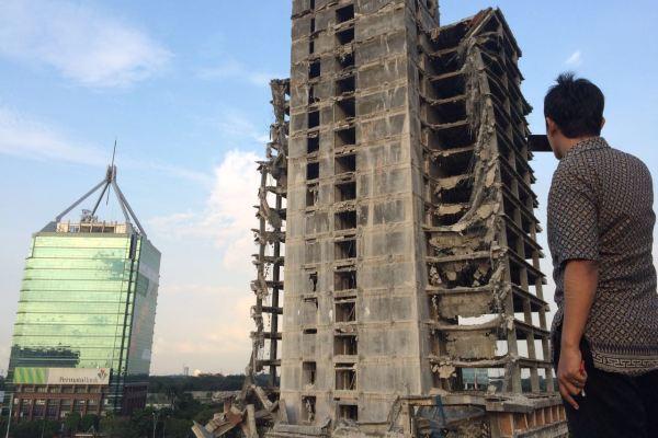 Gedung tua yang gagal konstruksi di Bintaro yang roboh. (man)